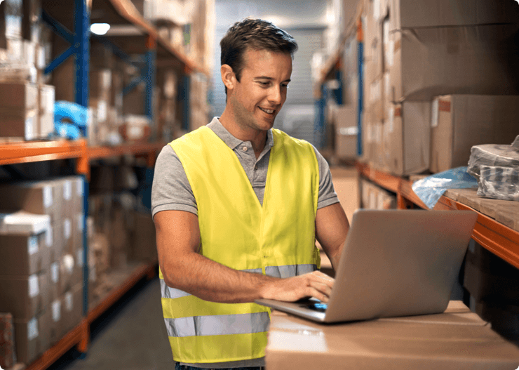 Checking-the-status-of-an-incoming-shipment-000083646717_XXXLarge